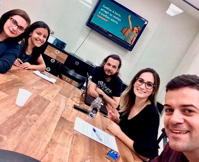 Foto da Primeira Equipe 2017 da ENVOX Marketing Digital - Agência de Marketing Digital focada em Inbound Marketing em Curitiba - Gustavo Braga e Talita Bridum